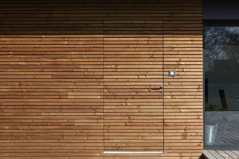 Une maison en bois je veux une porte comme a for Porte invisible